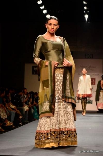 Manish-Malhotra mehndi lehenga Fashion-Week