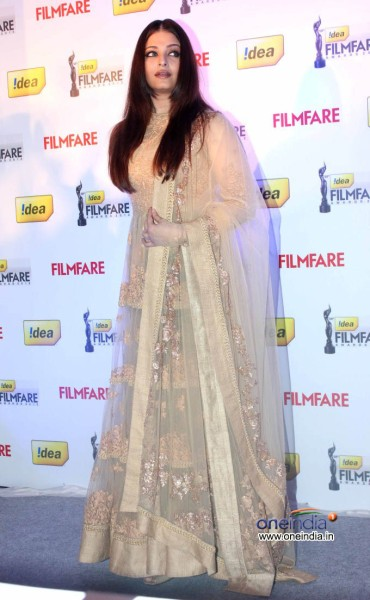 aishwarya-rai-58th-idea-filmfare-awards-2013-sabyasachi lehenga