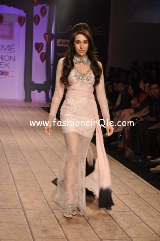 Karisma-Kapoor-walks-the-ramp-for-Shehla-Khan-at-Lakme-Fashion-Week-2013-19-531x800