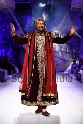 Kabir-Bedi-showstopper-for-JJ-Valaya-at-Aamby-Valley-India-Bridal-Fashion-Week-2013-2