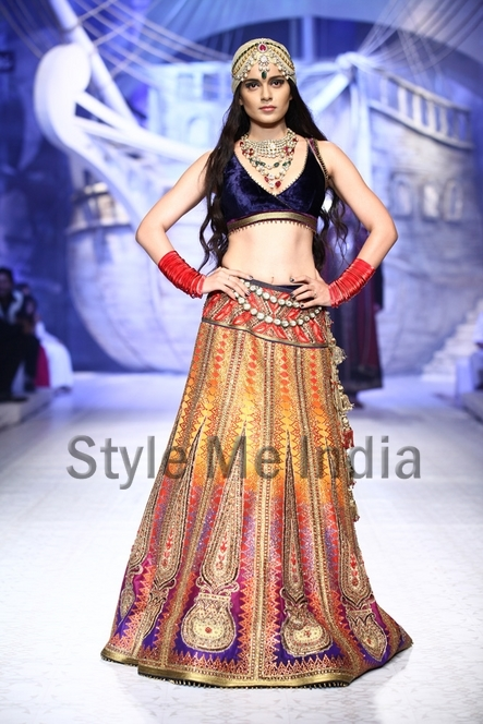 Kangana-Ranaut-show-stopper-for-JJ-Valaya-at-Aamby-Valley-India-Bridal-Fashion-Week-2013-2
